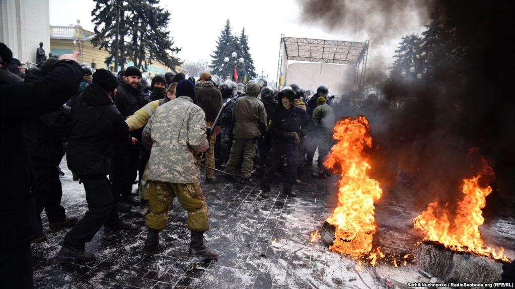 Киевте наразылар мен полиция қақтығысты