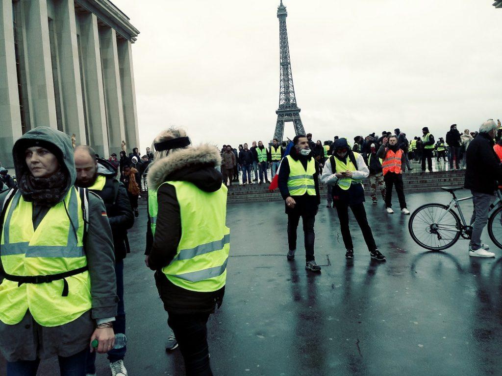 """Франция: """"Сары жилеттілер"""" түрмеге басып кірді"""
