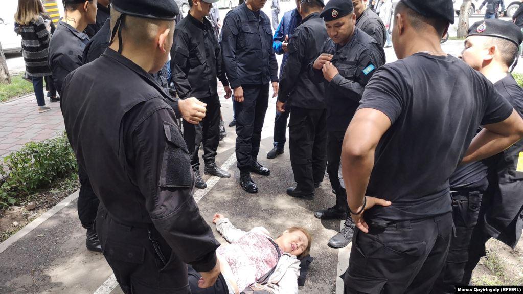 Полиция Алматыда отызға жуық адамды ұстады