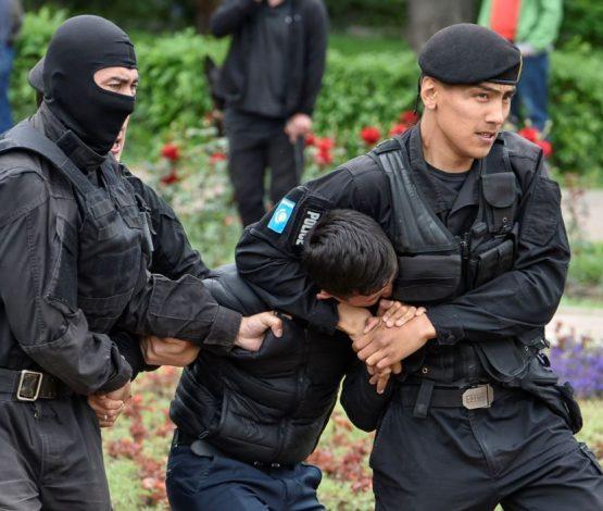 Алматы мен Нұрсұлтанда полиция жүздеген адамды ұстады (видео)