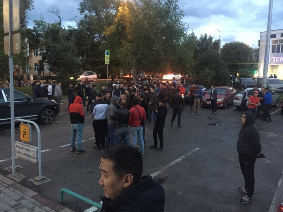 Ринат Зайытовты босатуды талап еткен топ полиция департаментіне жиналып жатыр