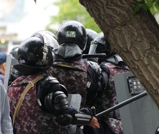 Митингілерде бес жүздей адамды ұсталып, үш полицей зардап шеккен