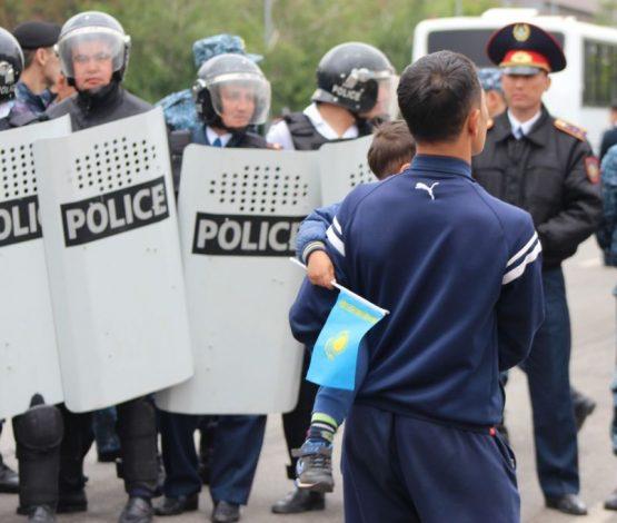 Автоматпен қаруланған полиция Нұр-Сұлтанның бірнеше көшесін жауып тұр