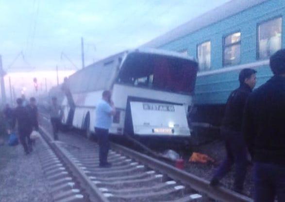Шамалғанда пойыз бен автобус соғысып, екі адам қаза болды (видео)