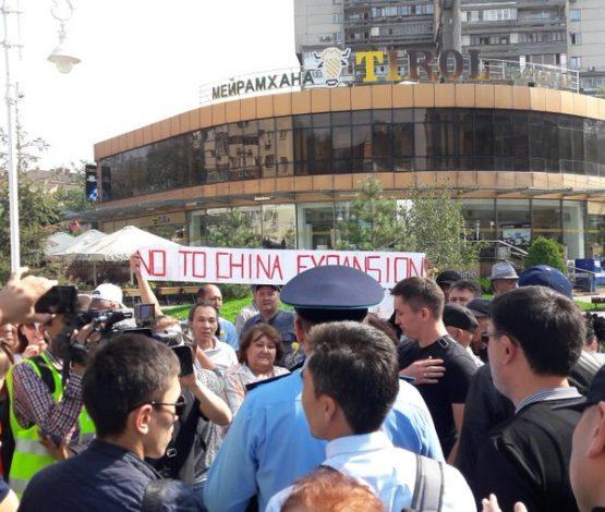 Алматыда 50 шақты адам Қытай экспансиясына қарсы акция шықты