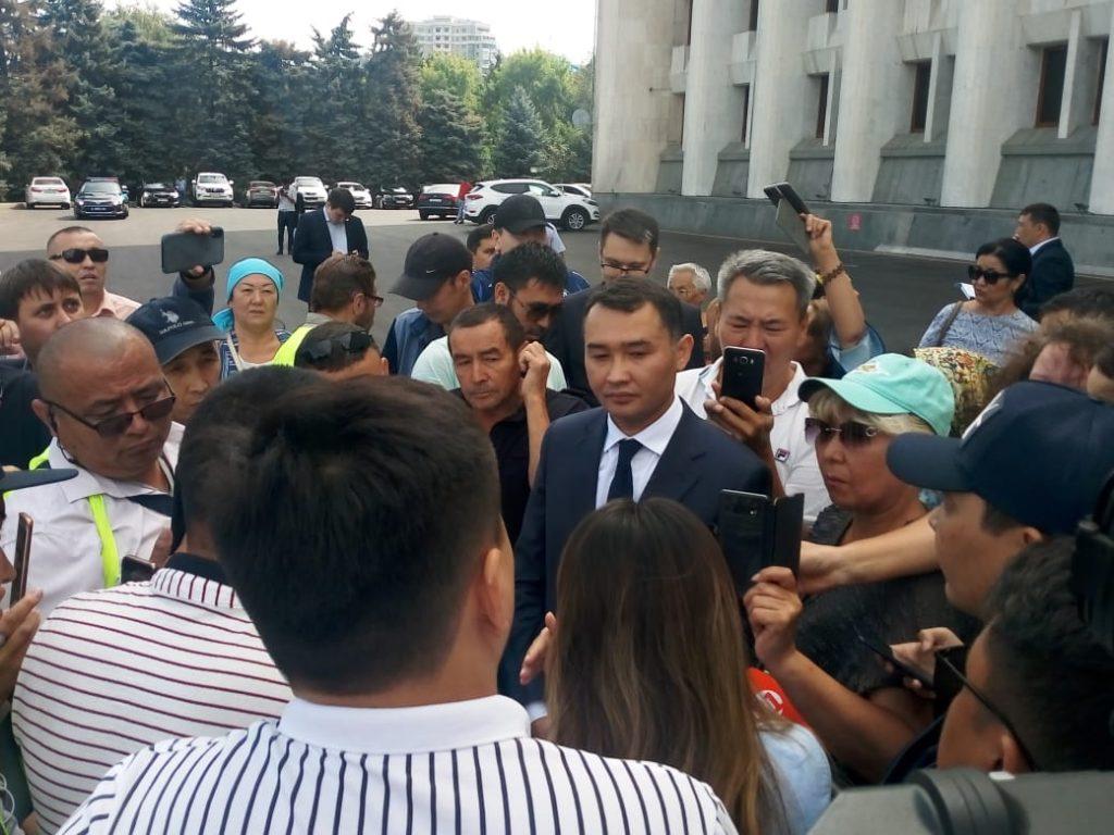 Қытай зауыттарын салуға қарсы бір топ адам Алматы әкімдігінің алдына жиналды (видео)