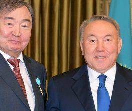 Олжас Сүлейменов Нұрсұлтан Назарбаевқа медаль берді