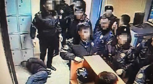 Ақтөбеде ұсталған азаматты тепкілеген 10 полицей жұмыстан шығарылды (видео)