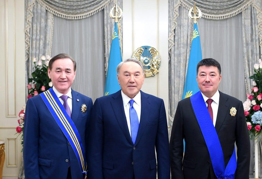 Назарбаев көмекшісін өз атындағы орденмен марапаттады