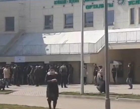 Алматыдағы Нұркент ықшам ауданында адамдар ұзын-сонар кезекте тұр (видео)