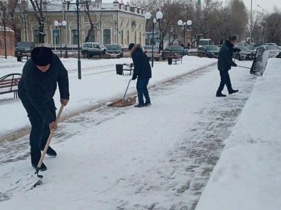 Павлодарда мәдениет қызметкерлері көшеде қар күреп жүр