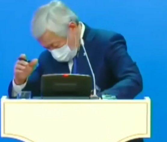 «Алсайшы ананы»: Сапарбаев мемлекеттік Елтаңбаны көтеруге еңкеймеді