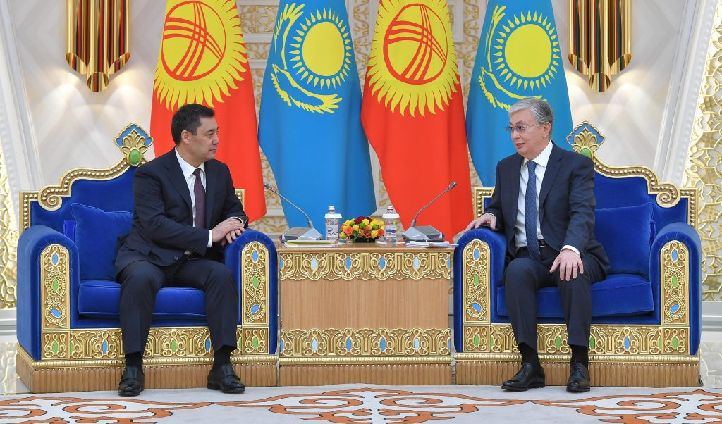 «Мен қазақпын, қырғыз ол – туысқаным»: Қырғызстан президенті ресми кездесуде өлең оқыды