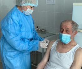 Ақтөбеде 93 жастағы қария вакцина салдырды