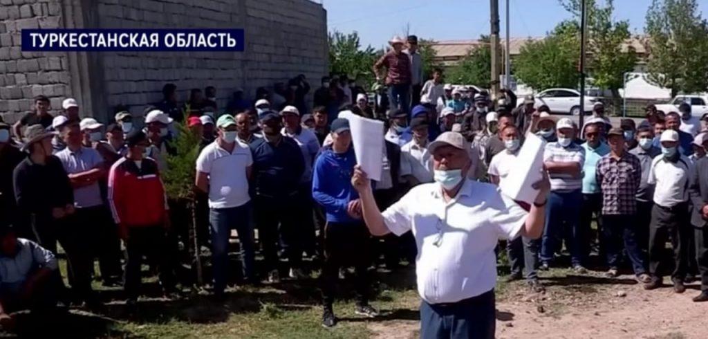 Түркістандықтар әкімдіктің ауласына малын айдап әкелді