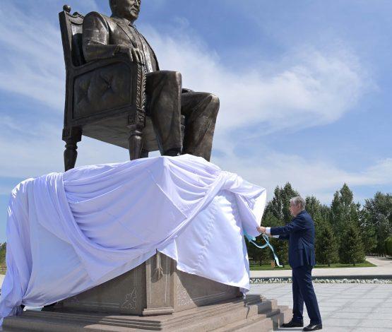 Тоқаев Астанада Назарбаевтың ескерткішін ашты