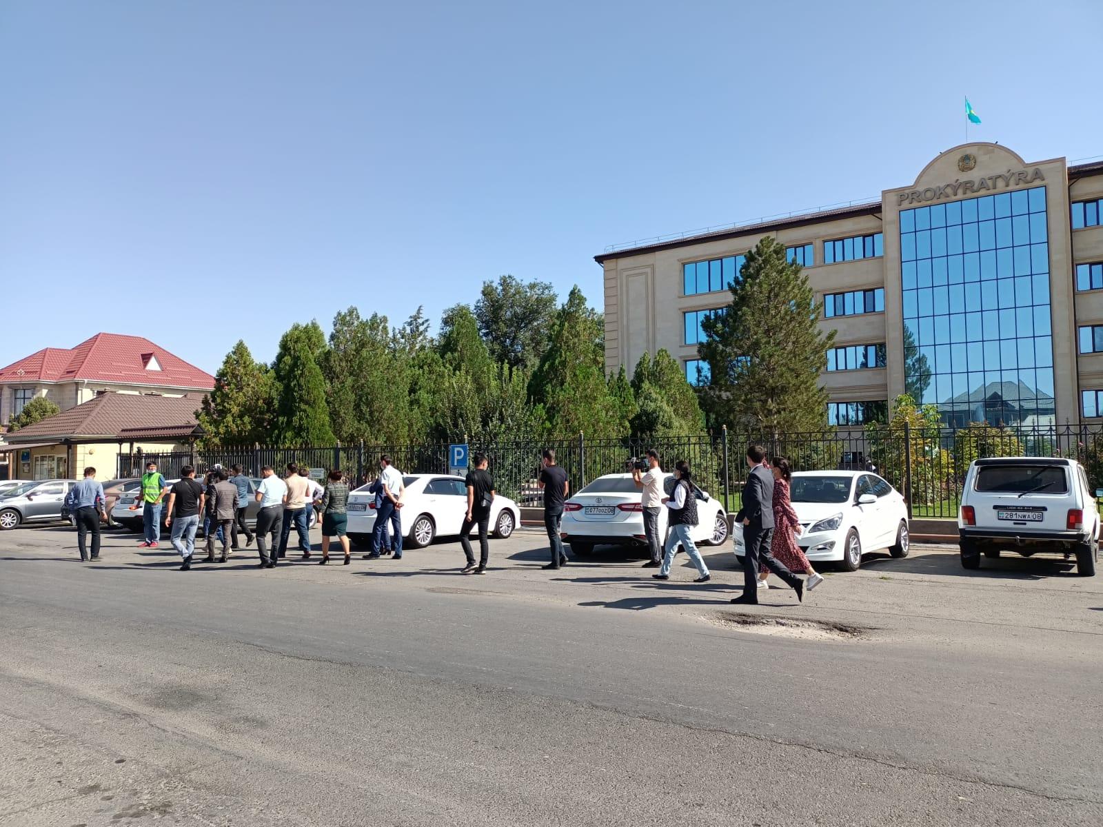 Жамбыл облысы прокуратурасына бара жатқан журналистер